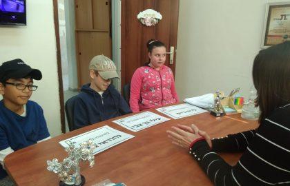 התלמידים שנבחרו למועצת התלמידים של בית הספר יושבים באספה עם המנהלת
