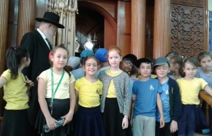 ילדי בית הספר בבית הכנסת בערב חג השבועות