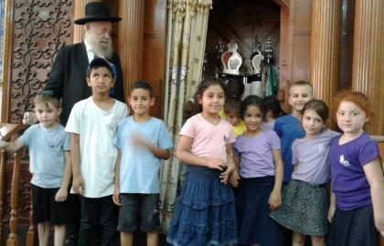 """חגיגת שבועות -התלמידים ביקרו בבית הכנסת עם רב העיר הרב שינין  הי""""ו ."""