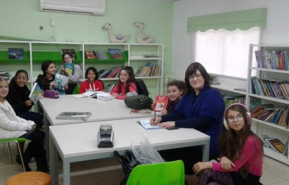"""כיתה ה'ו'2 בשיעור מעניין עם המורה שושי בספרית ביה""""ס"""