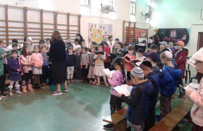 התכנסנו באולם לשירת הלל ביחד לכבוד ראש חודש