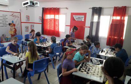 כיתה ד'1+ד'2 משחקים בשחמט בערכות החדשות שקבלנו בתחרות .ראו איזה כבוד הדדי ,תענוג!!!