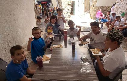 יצאנו לאכול פיצה בחזור מהתפילה בכותל המערבי .