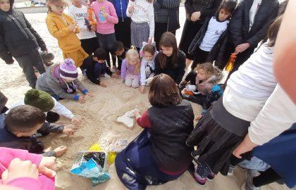 יצאה לכבוד ראש חודש הילדים הכינו שעונים מחול בחוף הים לכיתה. הילדים נהנו מאוד!!!