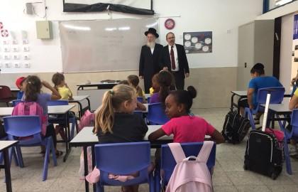 """ביקור חבר כנסת הרב ישראל אייכלר בכיתות ביה""""ס"""
