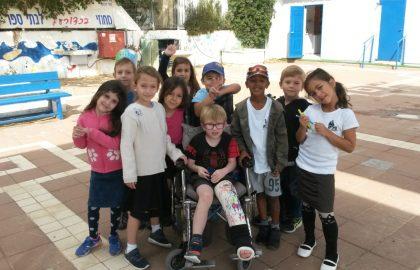 שמחנו עם אריאל פלפיי תלמיד כיתה א' ששבר את הרגל ובא לבקר את כיתה א'