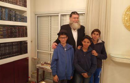 תלמידי כיתה ז'1 חוגגים מסיבת חנוכה בבית המחנך הרב אריאל .