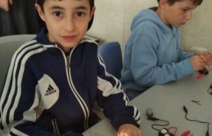 שיעור מצוינות -אלקטרוניקה מרכיבים מעגל חשמלי .חויה מחשמלת
