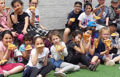 """קיטנת פסח- קיטנה מדהימה היתה בביה""""ס בחופשת הפסח עם המורה חיה הילדים נהנו מאד .בכל יום היתה יצירה ופעילות מגוונת .תודה לאוסנת אמא של אלין על הפיצות הטעימות."""