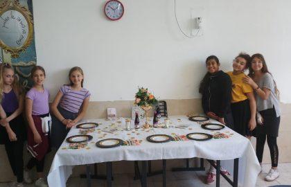 כיתה ו'2 עורכת שולחן חגיגי לכבוד החג.