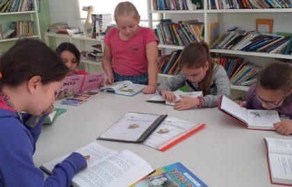 כיתה ד'2 בשעור  הבנת הנקרא -התלמידות מקבלות שאלות הכוונה והבנה ומתאמנות בקריאה נכונה .