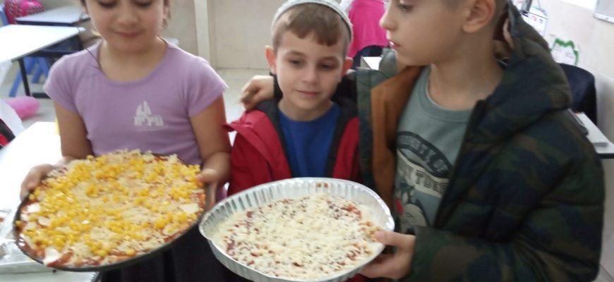 הכנו פיצה עם המורה חיה המהממת שלא מפסיקה לפנק את הילדים !