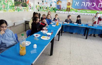 """ארוחה משותפת בריאה בכיתה א'- במסגרת חינוך לתזונה נכונה """"לאכול בריא להיות בריא"""" תודה להורים המדהימים שהשתתפו בארוחה עם כל הלב!"""