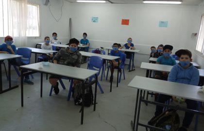 ילדי כיתה ד' חזרו לשיגרה יושבים בכיתה עם מסכות על הפנים.