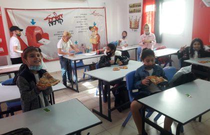 לכבוד ראש חודש כסליו חילקנו  לילדים פיצה חודש טוב ומבורך!