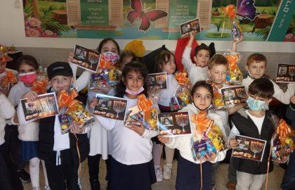 מסיבת חנוכה בכיתה ב' -קיבלנו שקיות ממתקים סופגניות וחנוכיות חגגנו ושמחנו.