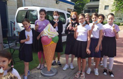 לכבוד ראש חודש הילדים קיבלו גלידה ונהנו מאד.