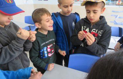 שיעור מדעים בכיתה ג'- נושא תכונות האבנים הילדים בניסוי