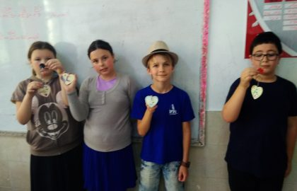 במסגרת השבוע באנגלית שלנו עשינו יצירה באנגלית הילדים קיבלו מחזיקי מפתחות ולפי מצגת שהנחתה אותם באנגלית קישטו את המחזיק