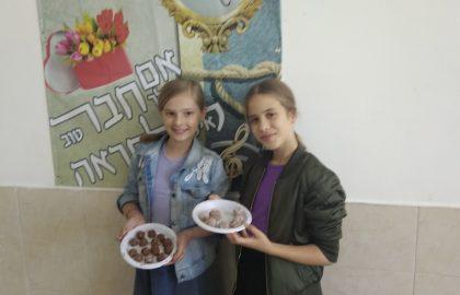 כיתה ו'2 מכינה כדורי שוקולד לכבוד החג.