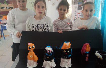 """אצלנו בביה""""ס מודעים לנושא       בשיעור מדעים כיתה ה' מכינה בובות מחומרים ממוחזרים."""