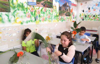 כיתה א' מכינה סידורי פרחים לחג השבועות.