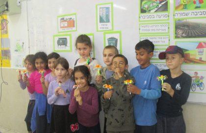 כיתה ב' למדה על סביבה איכותית ויצרה פרחים ממחזור בקבוקי פלסטיק.