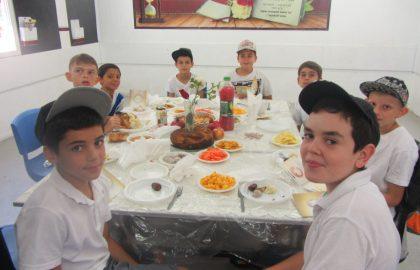 """ילדי ביה""""ס ערכו שולחן עם סימני ר""""ה וקיבלו את ברכת רב העיר"""
