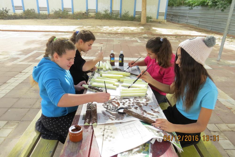 כיתה ז'2 יוצרת בשיעור אומנות