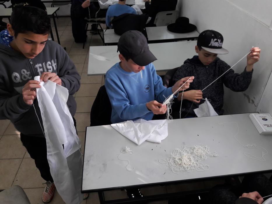 """תלמידי ביה""""ס בהכנת ציציות לשם מצות ציצית"""