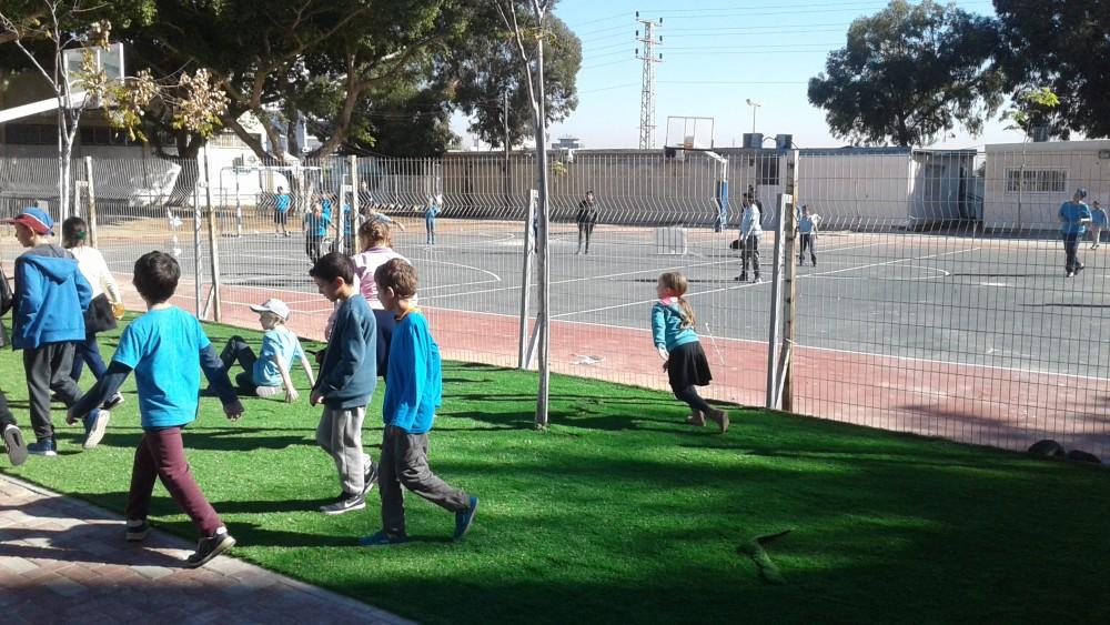 ילדי בית הספר נהנים מהחצר החדשה