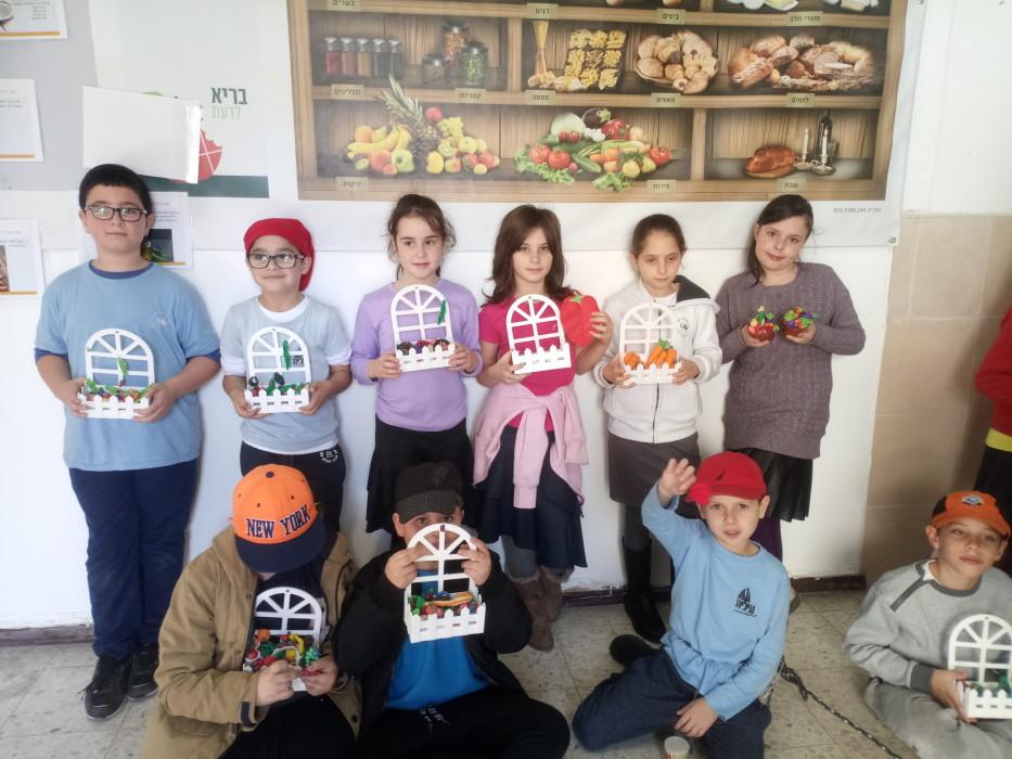 תערוכת בריאות מיוחדת ברחבי בית הספר ,הילדים יצרו מוצגים המעידים על חשיבות הפירות והירקות