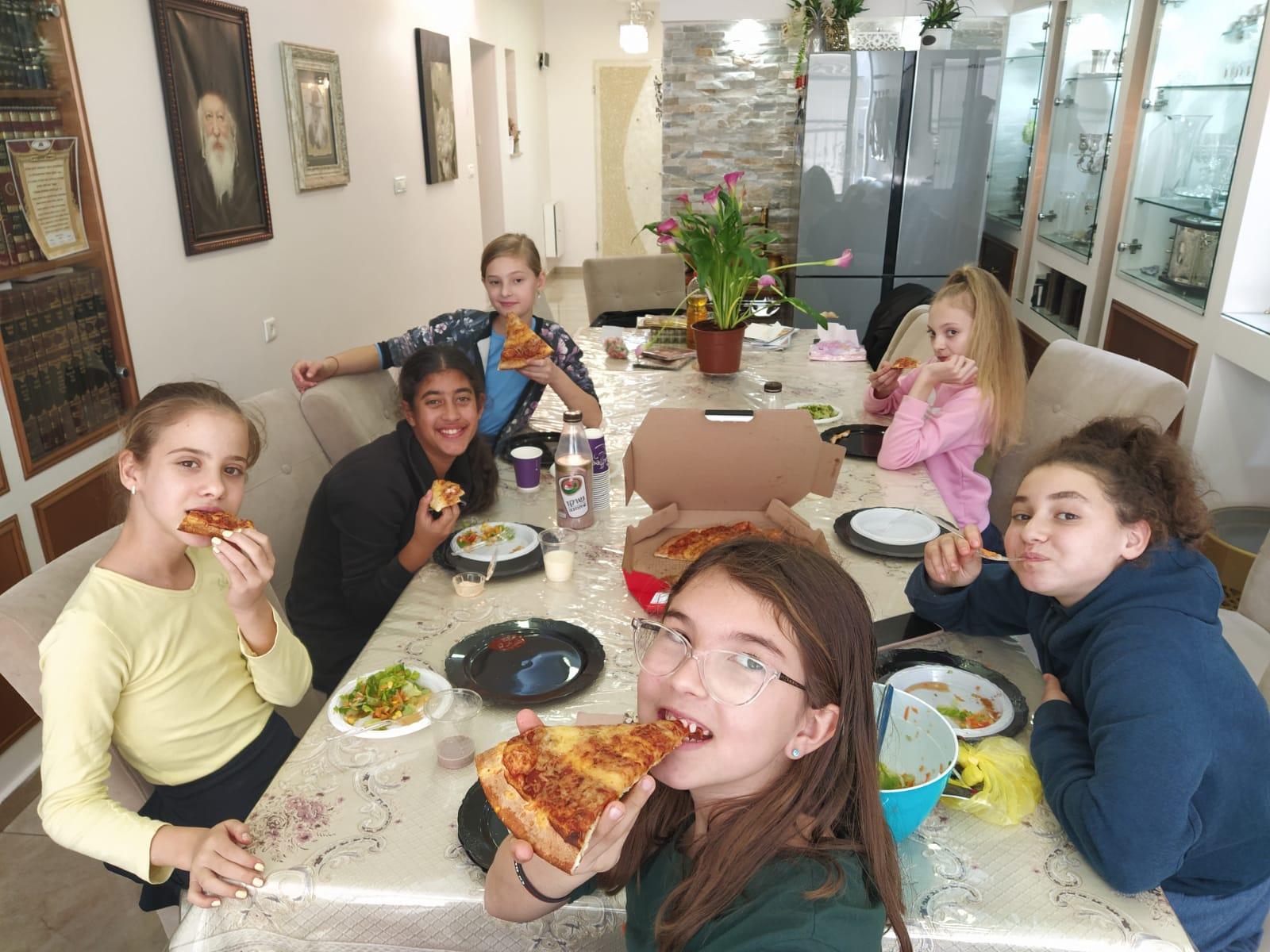 כיתה 'ו'2 חגגה מסיבת חנוכה בביתה של המורה שושי .