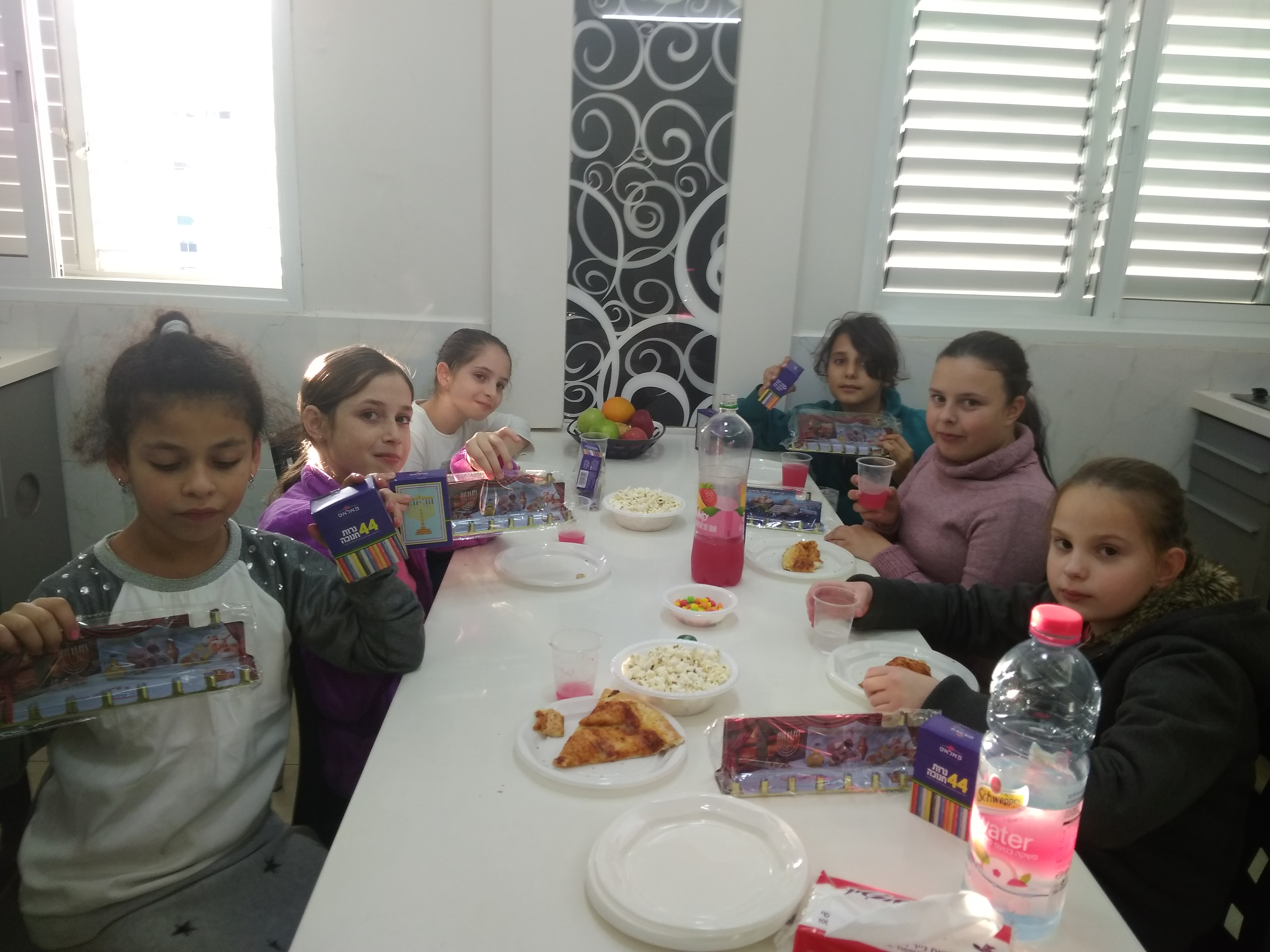 מסיבת חנוכה לכיתה ה'2 בביתה של המורה חוי